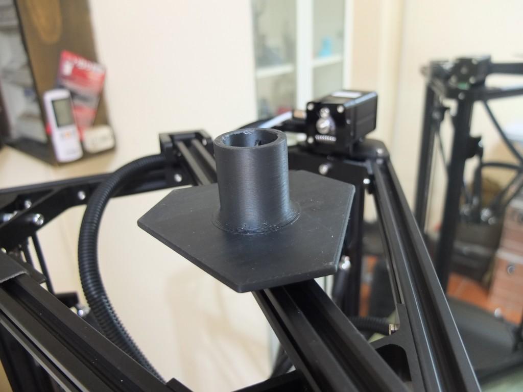 Il portabobina orizzontale,  scorrevole, permette di utilizzare bobine di qualsiasi dimensione.